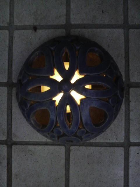 手賀さん自作の陶器ランプシェードです