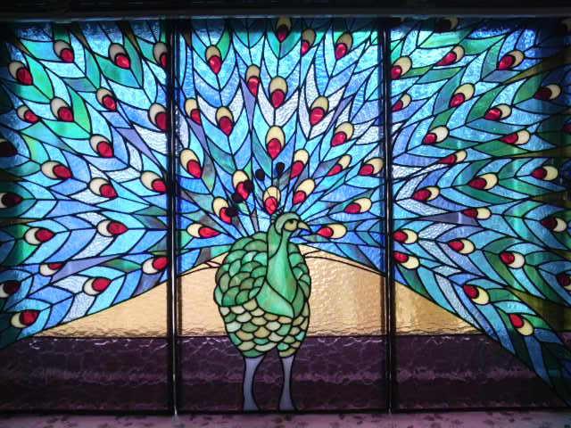 手賀さんの孔雀のステンドグラス