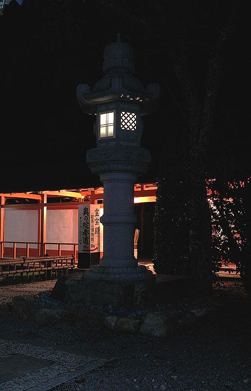 京都 鞍馬寺の大石灯籠